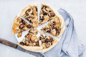 Pilz-Pizza mit Vacherin Mont-d'Or AOP